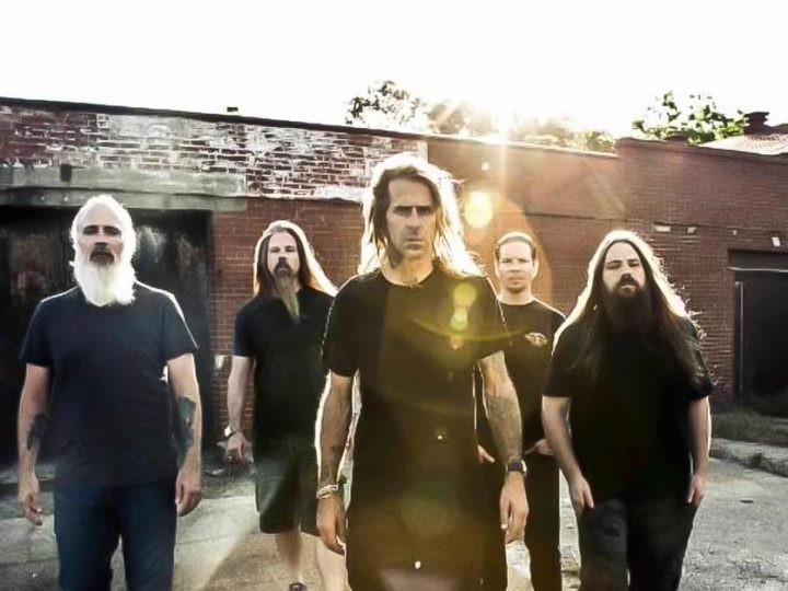 Lamb Of God, il batterista Chris Adler presenta il nuovo trailer per la sua art collection 'Dancing With The Devil'