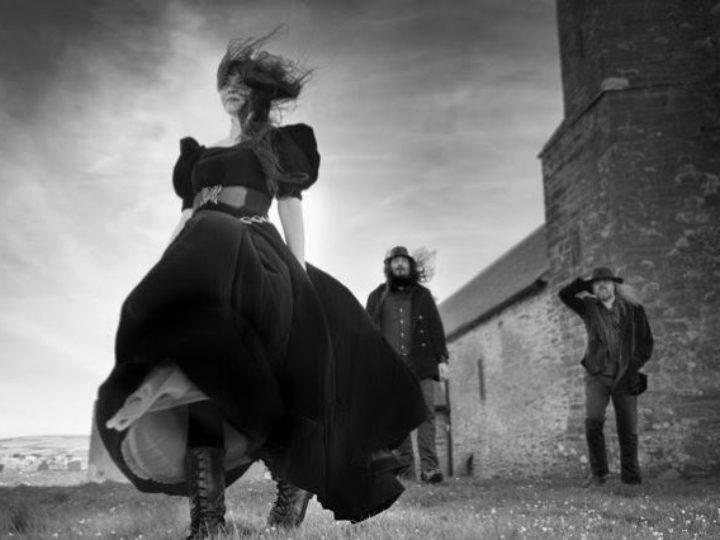 Auri, il nuovo progetto musicale di Tuomas Holopainen, Johanna Kurkela e Troy Donokley