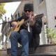 Megadeth, Dave Mustaine delizia i fans argentini con un miniset acustico suonato sugli scalini dell'hotel