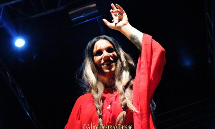 Lacuna Coil, una immagine nera sui social della band
