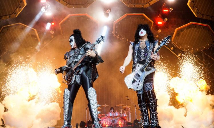 Kiss, Gene Simmons compie 70 anni, sorpresa durante un loro concerto