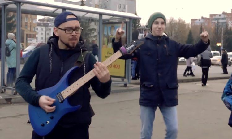 Slipknot, un ragazzo suona dei loro brani per le strade di Mosca [video]